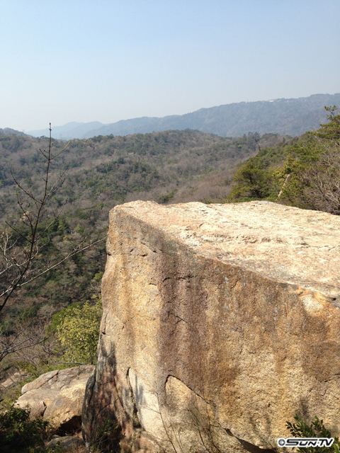山の斜面に切り立った岩!すごいです